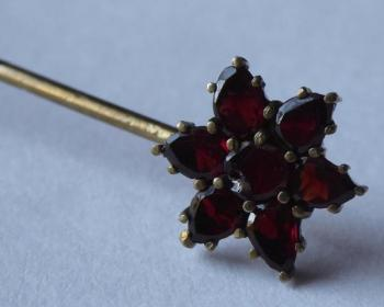 Tie pin with garnets - Star